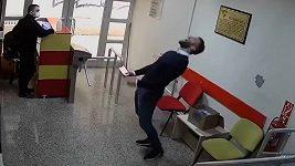 Turecký fotbalista začal skákat radostí, když se dozvěděl, že se dostal do národního týmu