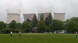 Fotbalový zápas přerušil odstřel chladících věží elektrárny