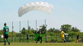 Parašutista v Polsku přerušil fotbalový zápas