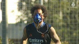 Fotbalisté Realu trénovali ve speciálních maskách