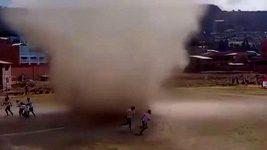 Fotbalový zápas přerušilo prachové tronádo