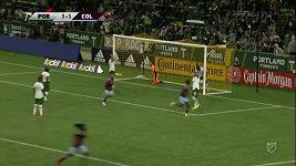 Takový gól z postranní čáry se vidí málokdy