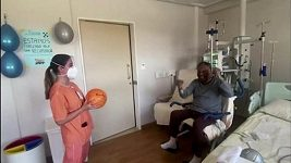Pelé si v rámci rekonvalescence v nemocnici házel míčem se sestřičkou