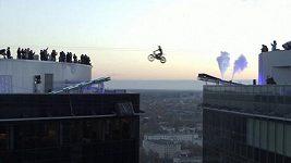 Estonka přeskočila na motorce z jednoho mrakodrapu na druhý