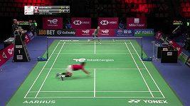 Badmintonista si vymění raketu během výměny a ještě stihne odehrát úder.
