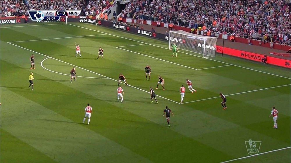Arsenal deklasoval United, Liverpool po remíze vyhodil trenéra