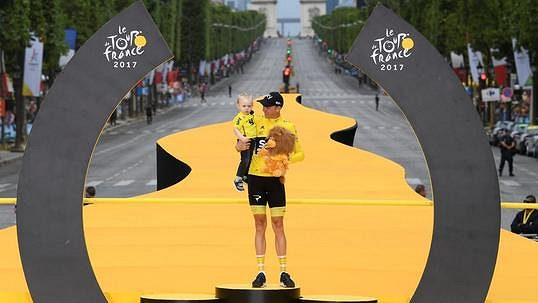 Francouzi na šampióna pískali! To je normální, smál se šťastný Froome po triumfu na Tour