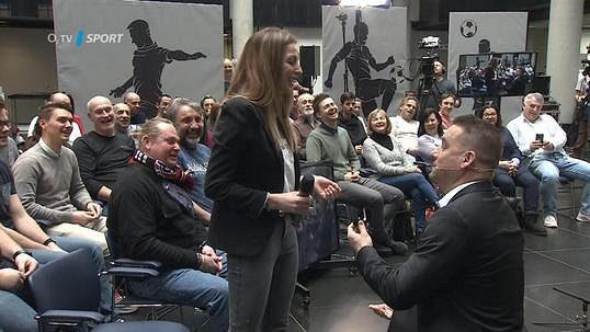 Petr Švancara požádal přítelkyni o ruku během natáčení fotbalové talk show.